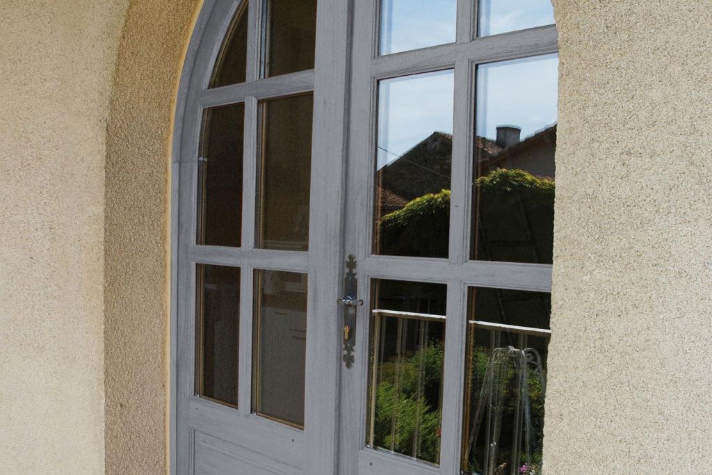Porte-fenêtre vantaux bois cintrée